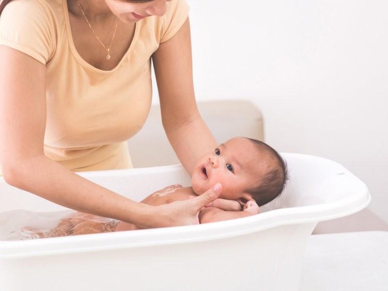 как ухаживать за новорожденным ребенком: купание